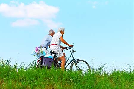 3 things to remember in order to stay young - woman and man cycling